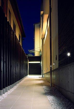 川西町の家の部屋 ライトが足元を照らすアプローチ