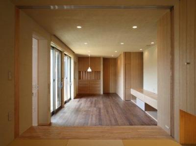 坊屋敷町の家 (和室からダイニング方向を見る)