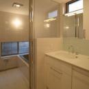 坊屋敷町の家の写真 真っ白な空間の洗面コーナーとバスルーム