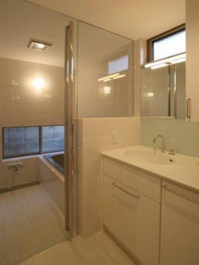 坊屋敷町の家 (真っ白な空間の洗面コーナーとバスルーム)