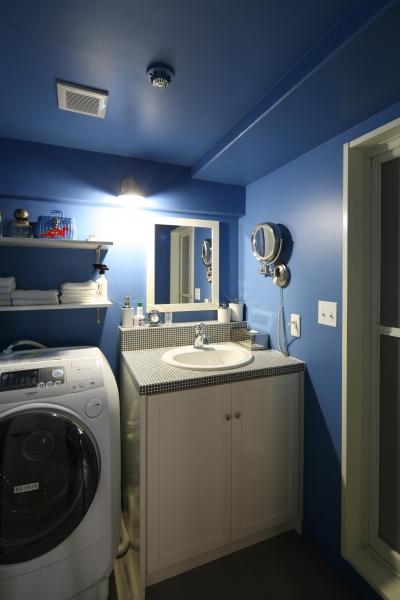 コバルトブルーの世界のランドリー&洗面台 (K邸)
