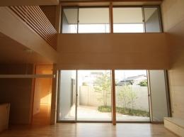 Gather House (居間から庭を見る)