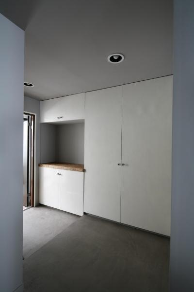 シンプルな玄関スペース (K邸)