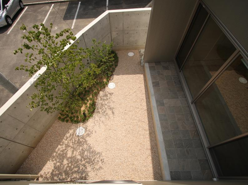 Gather House (庭を見る)