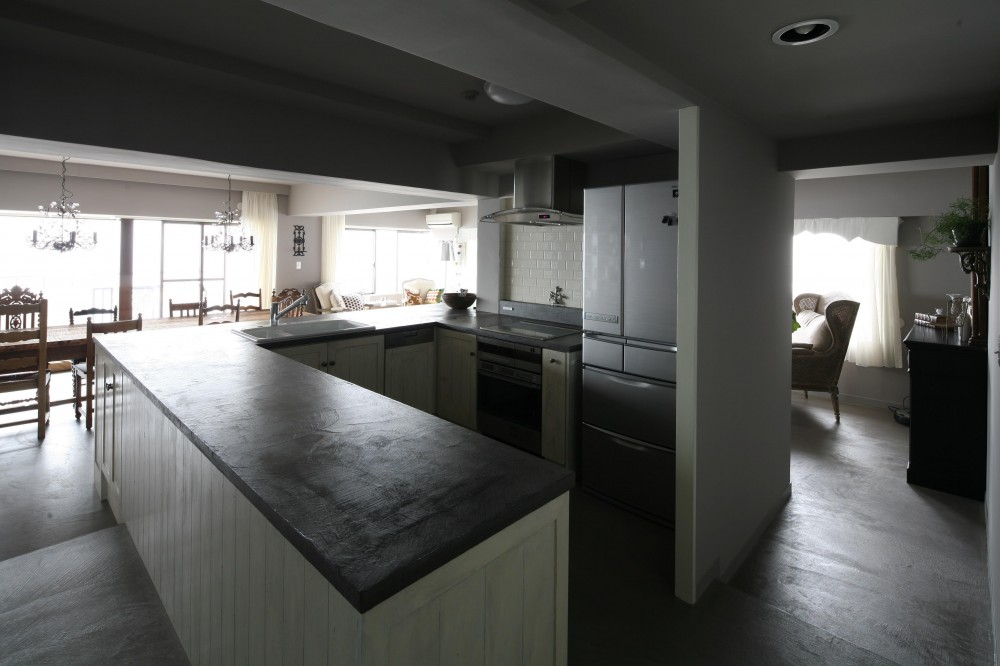 K邸 (空間の中央にキッチンを配置)
