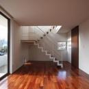 1階居間から階段を見る