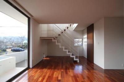 1階居間から階段を見る (Relaxation House)