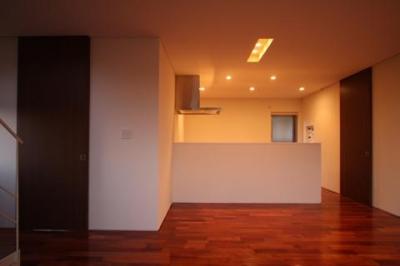 1階居間から台所を見る (Relaxation House)