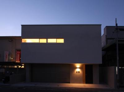 STEP HOUSE (外観 夕景)
