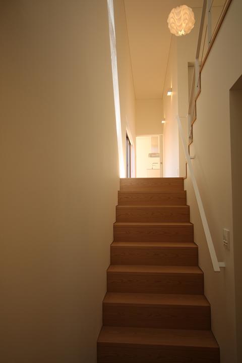 STEP HOUSEの部屋 玄関から階段を見る