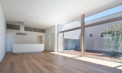STEP HOUSE (居間から台所を見る (撮影:岡本公二))