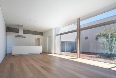 居間から台所を見る (撮影:岡本公二) (STEP HOUSE)
