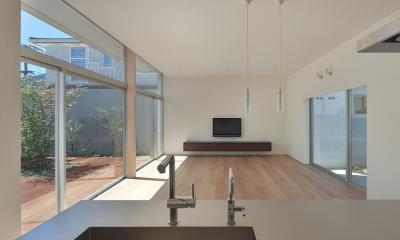 台所から居間を見る (撮影:岡本公二)|STEP HOUSE