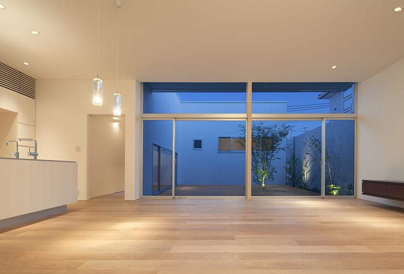 STEP HOUSEの部屋 居間から中庭を見る (撮影:岡本公二)