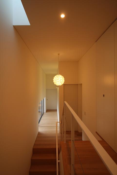 STEP HOUSEの部屋 2階廊下から1階廊下を見る