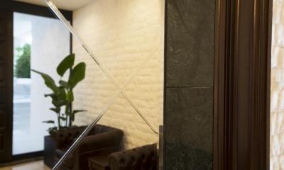 趣を残しつつ上質に生まれ変わった松濤のヴィンテージマンション (エントランスホール)