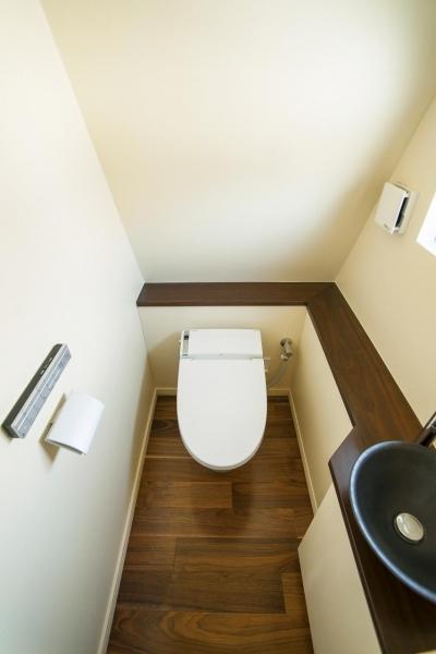 トイレ (フロアごとに異なる顔を持つ遊び心満載の住まい)