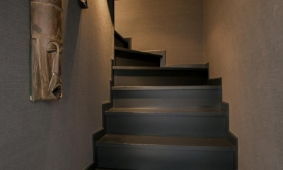 フロアごとに異なる顔を持つ遊び心満載の住まい (階段)