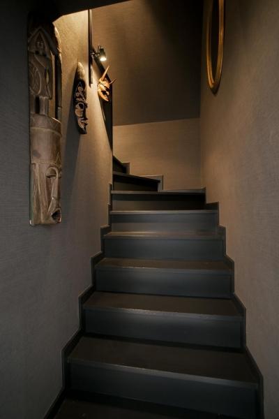 階段 (フロアごとに異なる顔を持つ遊び心満載の住まい)