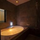 フロアごとに異なる顔を持つ遊び心満載の住まいの写真 バスルーム