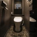 フロアごとに異なる顔を持つ遊び心満載の住まいの写真 トイレ