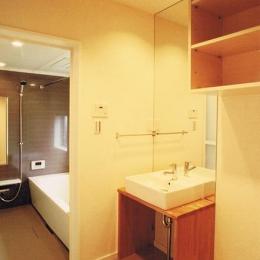 House K (落ち着きのある浴室と洗面エリア)