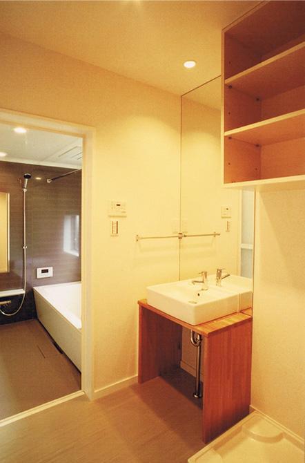 House Kの部屋 落ち着きのある浴室と洗面エリア