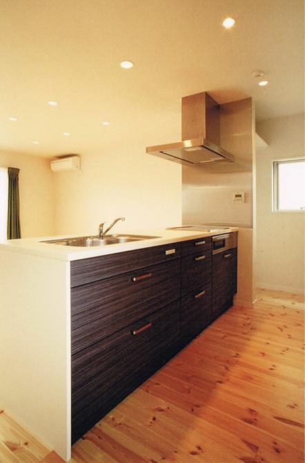 House Kの部屋 白と黒のペニンシュラキッチン