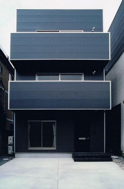 House K (シンプルなグレーの三階建て住宅)