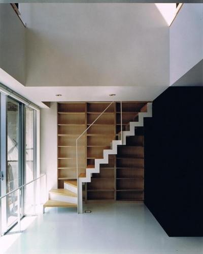 収納棚付きの室内階段 (House K reconstruction)