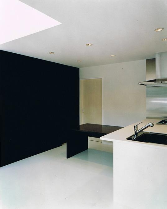 House K reconstructionの部屋 白と黒のコントラストが映えるLDK