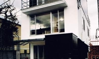 House K reconstruction (白と黒のコントラストが映える外観)