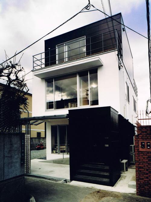 House K reconstructionの部屋 白と黒のコントラストが映える外観