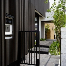 CAT HOUSE (猫と暮らす家) (門扉からエントランスに続くタイル張りの庭)