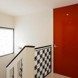 CAT HOUSE (猫と暮らす家) (黒い飾りフェンスのある階段)