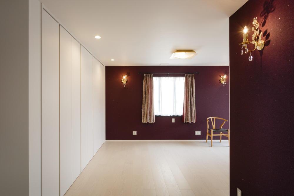 CAT HOUSE (猫と暮らす家)の部屋 高級感のあるラデッシュブラウンの洋室