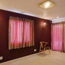 CAT HOUSE (猫と暮らす家)の写真 ラディッシュブラウンの壁と壁照明