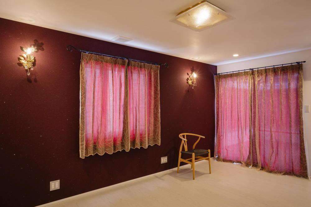 CAT HOUSE (猫と暮らす家)の部屋 ラディッシュブラウンの壁と壁照明