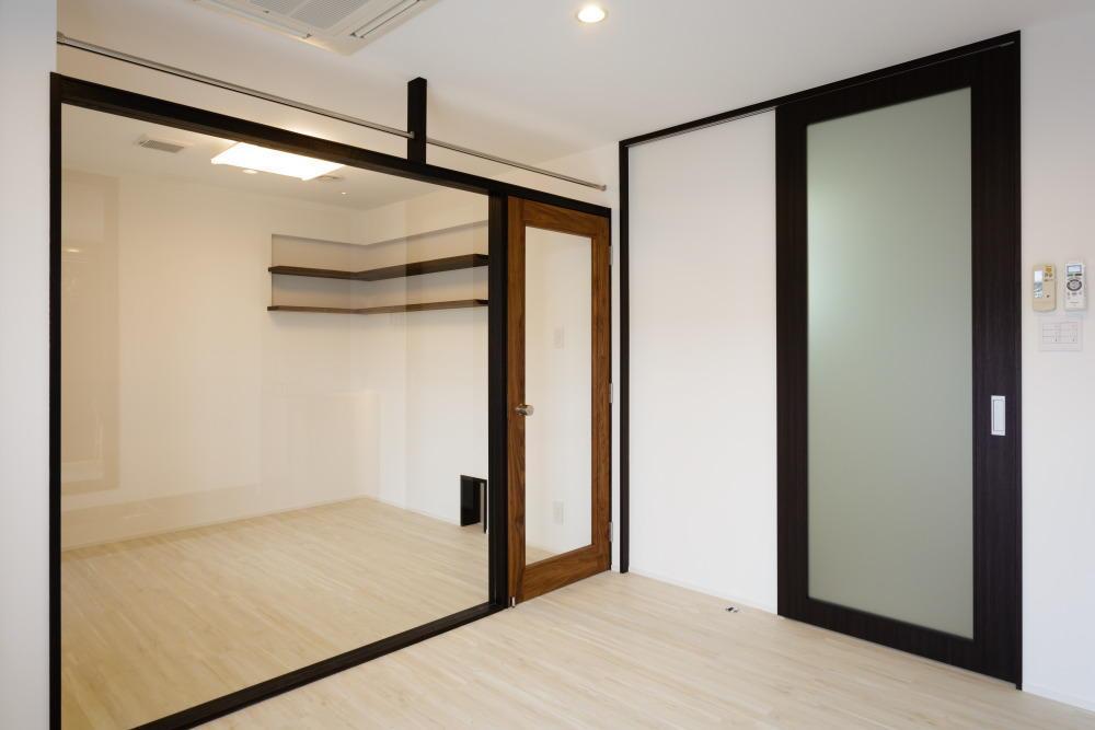 CAT HOUSE (猫と暮らす家)の部屋 透明なパテーションのある部屋