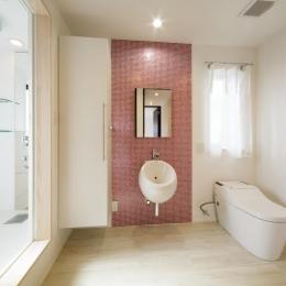 モザイクタイルでアクセントを出した白いトイレ