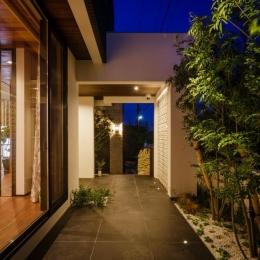 CAT HOUSE (猫と暮らす家) (庭木とタイルが調和した庭)