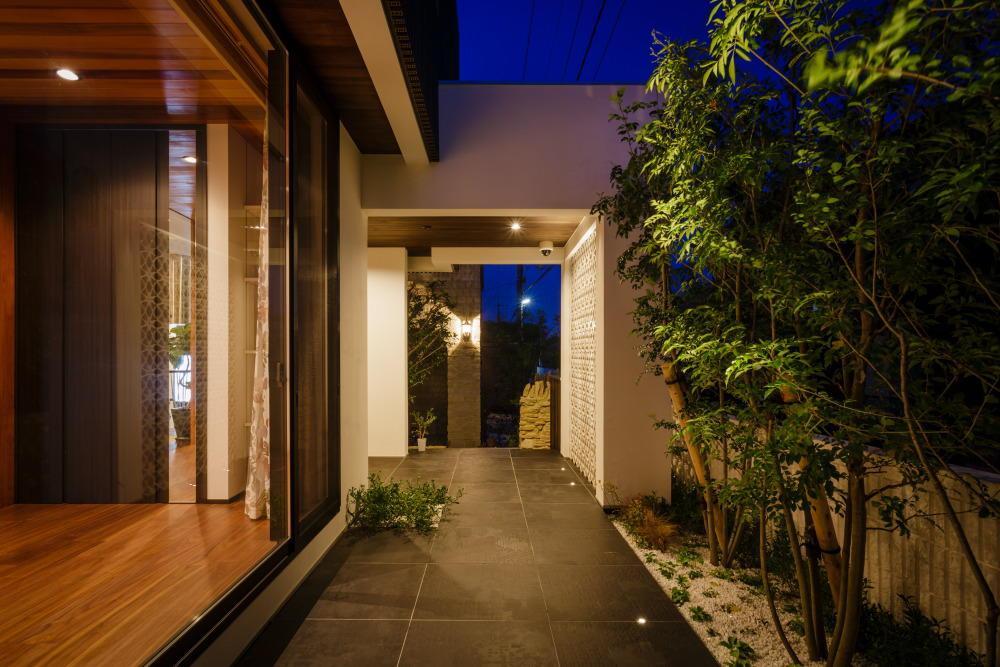 CAT HOUSE (猫と暮らす家)の部屋 庭木とタイルが調和した庭