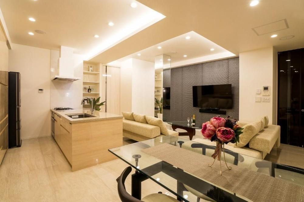 開放感あふれるイタリアンモダンの空間に生まれ変わったヴィンテージマンション (リビングダイニングキッチン)