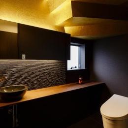 ゴールドの壁と演出照明で高級感のあるトイレ