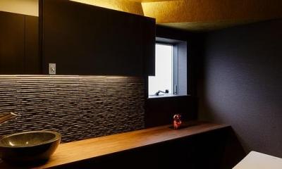 ゴールドの壁と演出照明で高級感のあるトイレ|CAT HOUSE (猫と暮らす家)