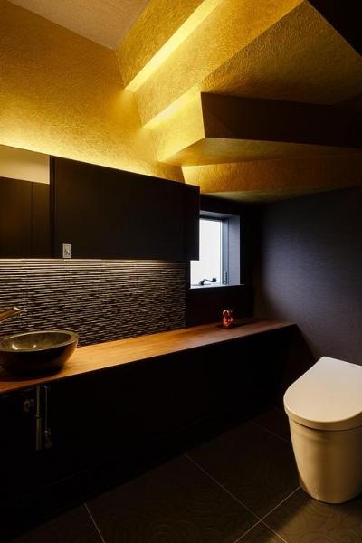 ゴールドの壁と演出照明で高級感のあるトイレ (CAT HOUSE (猫と暮らす家))