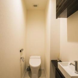 開放感あふれるイタリアンモダンの空間に生まれ変わったヴィンテージマンション (トイレ)