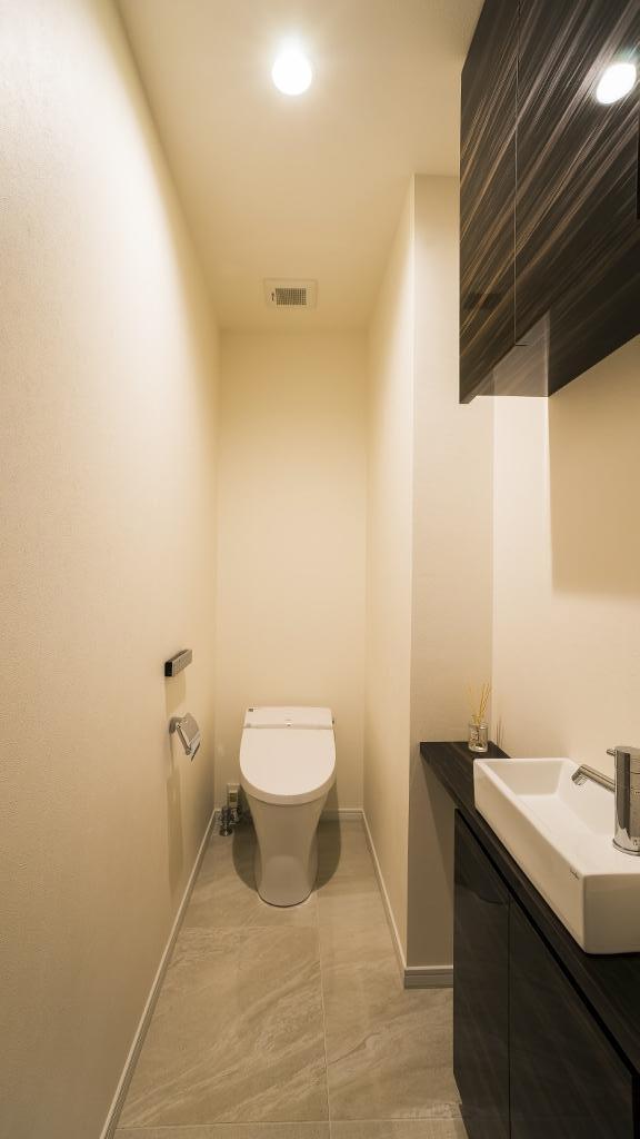 開放感あふれるイタリアンモダンの空間に生まれ変わったヴィンテージマンションの部屋 トイレ