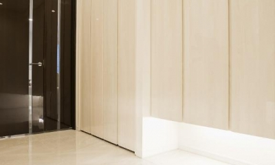開放感あふれるイタリアンモダンの空間に生まれ変わったヴィンテージマンション (玄関ホール)