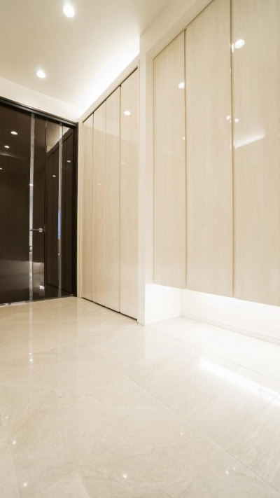 玄関ホール (開放感あふれるイタリアンモダンの空間に生まれ変わったヴィンテージマンション)